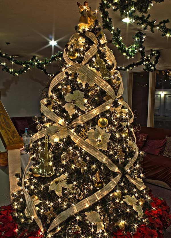 25 creative and beautiful christmas tree decorating ideas for Gold christmas tree lights