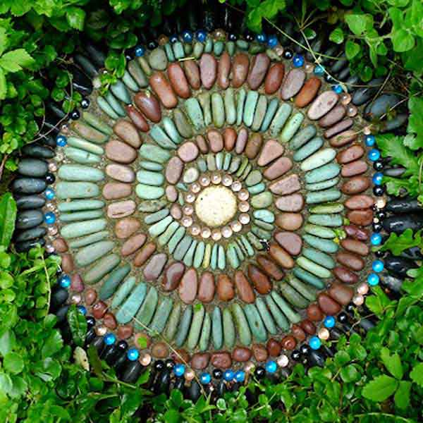 23 diy stepping stones to brighten any garden walk for Garden mosaic designs
