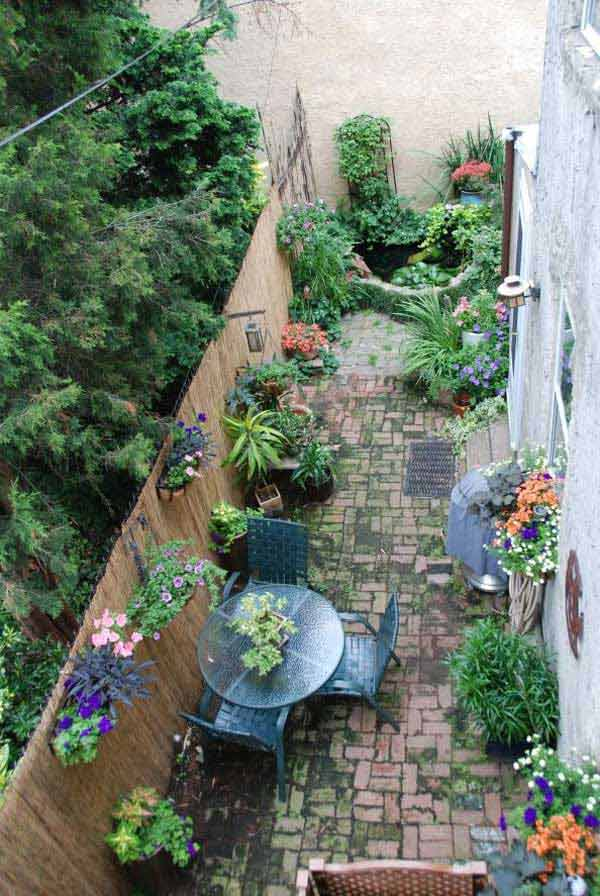 18 clever design ideas for narrow and long outdoor spaces for Small narrow garden designs