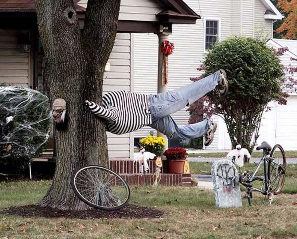 decorate-outdoor-tree-for-halloween-18